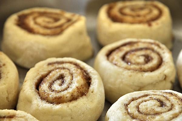 Εύκολα ρολά κανέλας χωρίς μαγιά με γλάσο γιαουρτιού/No yeast cinnamon rolls with yogurt glaze