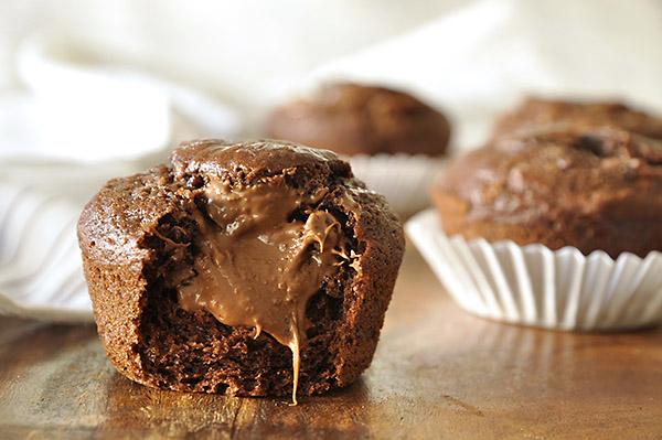 Σοκολατένια muffins μπανάνας με γέμιση πραλίνας φουντουκιού/Nutella-filled chocolate banana muffins
