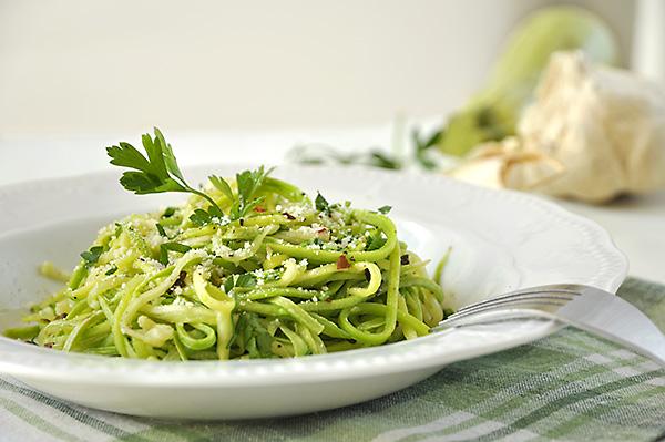 Ζεστή σαλάτα με κολοκυθάκια και σκορδόλαδο/Garlic zucchini noodles
