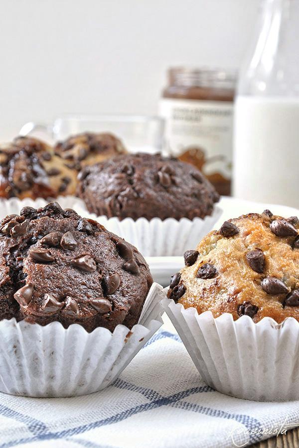Muffins μπανάνας με σοκολατένια γέμιση & σταγόνες σοκολάτας σε δύο γεύσεις / Chocolate filled chocolate chip banana muffins